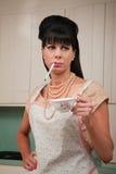 Frau mit Zigarette und Kaffeetasse Lizenzfreie Stockfotos