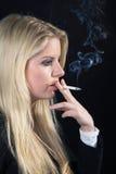 Frau mit Zigarette und Rauche Stockfotos