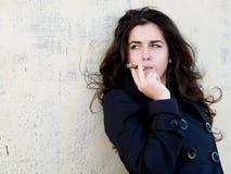 Frau mit Zigarre Lizenzfreie Stockfotos
