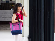 Frau mit zufälliger Einkaufstasche Lizenzfreies Stockfoto
