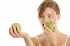 Frau mit zwei grünen Äpfeln Lizenzfreies Stockbild