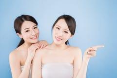Frau mit zwei Schönheiten Stockfoto