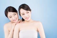Frau mit zwei Schönheiten Lizenzfreies Stockfoto