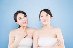 Frau mit zwei Schönheiten Stockfotos
