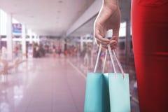 Frau mit zwei shooping Taschen Lizenzfreie Stockfotos
