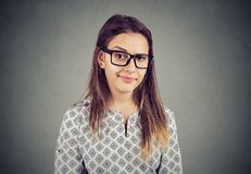 Frau mit zweifelhaftem Gesichtsausdruck stockbilder