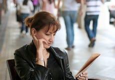 Frau am Mittagessen lizenzfreies stockfoto