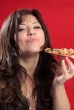 Frau Mmmm, die Pizza genießt lizenzfreie stockbilder