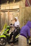 Frau Moslems auf Motorrad, Dorf Toyopakeh, Nusa Penida am 24. Juni Indonesien 2015 Lizenzfreies Stockbild