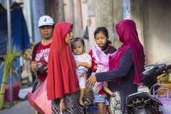 Frau Moslems mit Kindern am Markt, Dorf Toyopakeh, Nusa Penida am 22. Juni 2015 Stockfotos