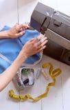 Frau näht auf der Nähmaschine Arbeitskonzeption Lizenzfreie Stockbilder