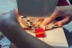 Frau näht rote Weihnachtssocke lizenzfreie stockfotografie