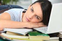 Frau nach der Arbeit ermüdet Stockbild