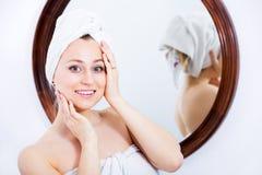 Frau nach einer Dusche nahe Spiegel Stockbilder