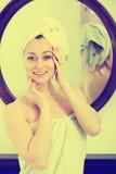 Frau nach einer Dusche nahe Spiegel Stockfoto