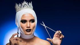 Frau nach Verband der plastischen Chirurgie um Kopf stockfotografie