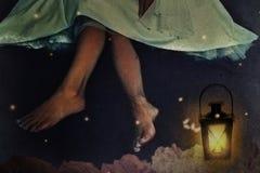 Frau nachts im Garten Stockbilder