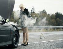 Frau nahe Auto lizenzfreies stockbild