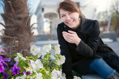 Frau nahe bei Blumen stockfotos