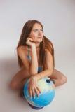 Frau nahe bei der Kugel Lizenzfreie Stockfotos