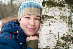 Frau nahe bei einem Birkenkabel Stockbilder