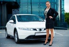 Frau nahe bei ihrem Auto Lizenzfreies Stockfoto