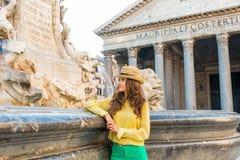 Frau nahe Brunnen des Pantheons in Rom Stockbild