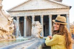 Frau nahe Brunnen des Pantheons in Rom Stockfoto