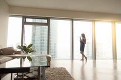 Frau nahe dem Fenster Stockbild