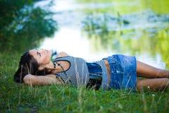 Frau nahe dem Fluss Lizenzfreie Stockfotografie