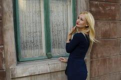 Frau nahe dem grünen Fenster und dem Denken Stockfoto