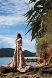 Frau nahe dem Meer Stockfotografie