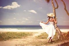 Frau nahe dem Ozean stockbild