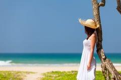 Frau nahe dem Ozean lizenzfreie stockfotografie