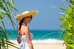 Frau nahe dem Ozean lizenzfreie stockfotos