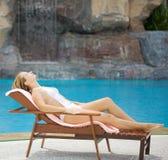 Frau nahe dem Swimmingpool Lizenzfreies Stockfoto