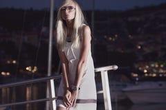 Frau nahe den Yachten stockfotografie