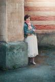 Frau nahe der Wand lizenzfreie stockbilder