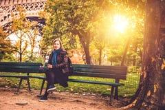Frau nahe Eiffelturm im Fall Stockfotos