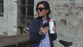 Frau nahe Grill an im Freien stock footage