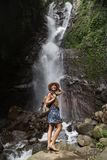 Frau nahe Munduk waterfal auf Bali, Indonesien lizenzfreie stockbilder