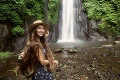 Frau nahe Munduk waterfal auf Bali, Indonesien lizenzfreies stockbild