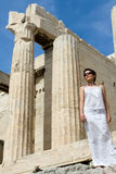 Frau nahe Propylaea Spalte-Akropolise Athen Gree Stockfotografie