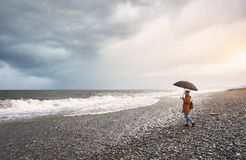 Frau nahe stürmischem Meer Lizenzfreie Stockbilder