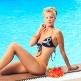 Frau nahe Swimmingpool Lizenzfreie Stockbilder
