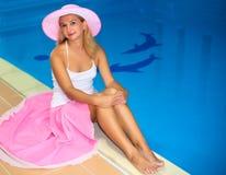 Frau nahe Swimmingpool Stockfoto