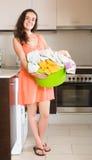 Frau nahe Waschmaschine Lizenzfreies Stockfoto