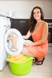 Frau nahe Waschmaschine Stockbilder
