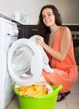 Frau nahe Waschmaschine Lizenzfreie Stockfotografie