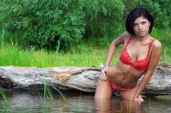Frau nahe Wasser Stockfoto